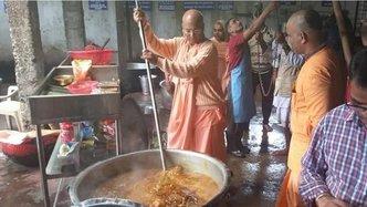 Devotees Distribute Prasadam to 65,000 in Wake of Karnataka Flood